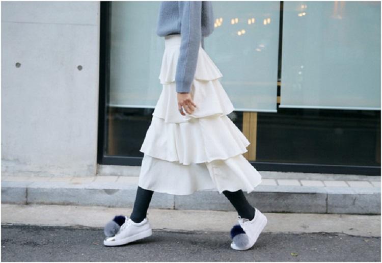 Điệu đà một chút thì có thể phối áo len với chân váy dài và sneaker.