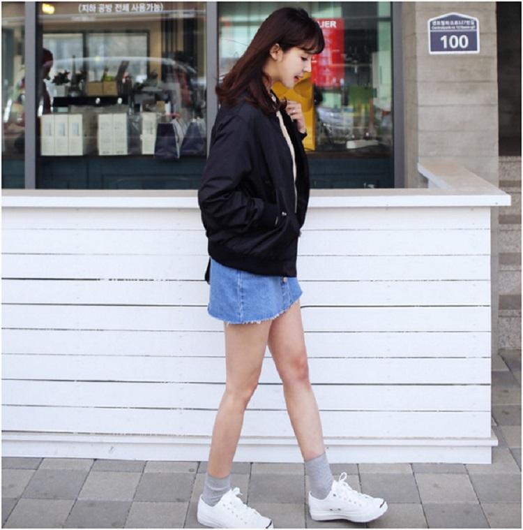 Khỏe khoắn nhưng vẫn nữ tính khi kết hợp bomber jacket cùng chân váy da và sneaker.