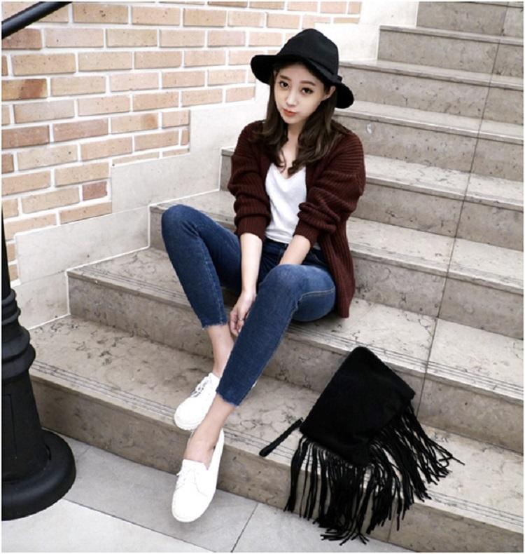 Vẫn là áo thun - quần jeans và sneaker, nhưng chỉ cần khoác thêm một chiếc áo cardigan len cùng mũ fedora là set đồ hợp với mùa lạnh hơn hẳn. Để thêm phần sành điệu, một chiếc túi tua rua cũng là gợi ý không tồi.